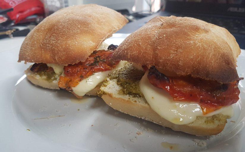 Ciabatta met mozzarella, pesto entomaatjes