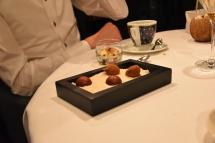 Een truffel en een bonbon met passievrucht