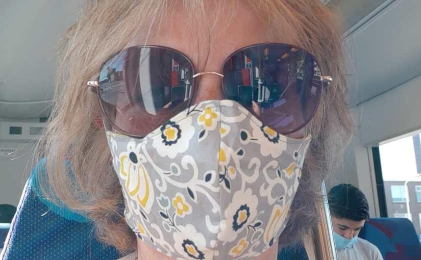 Tante Corona en een winkelmedewerker: Een kijkje bij de moeder vanDeveny